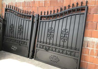 Прахово боядисане на врати от ковано желязо